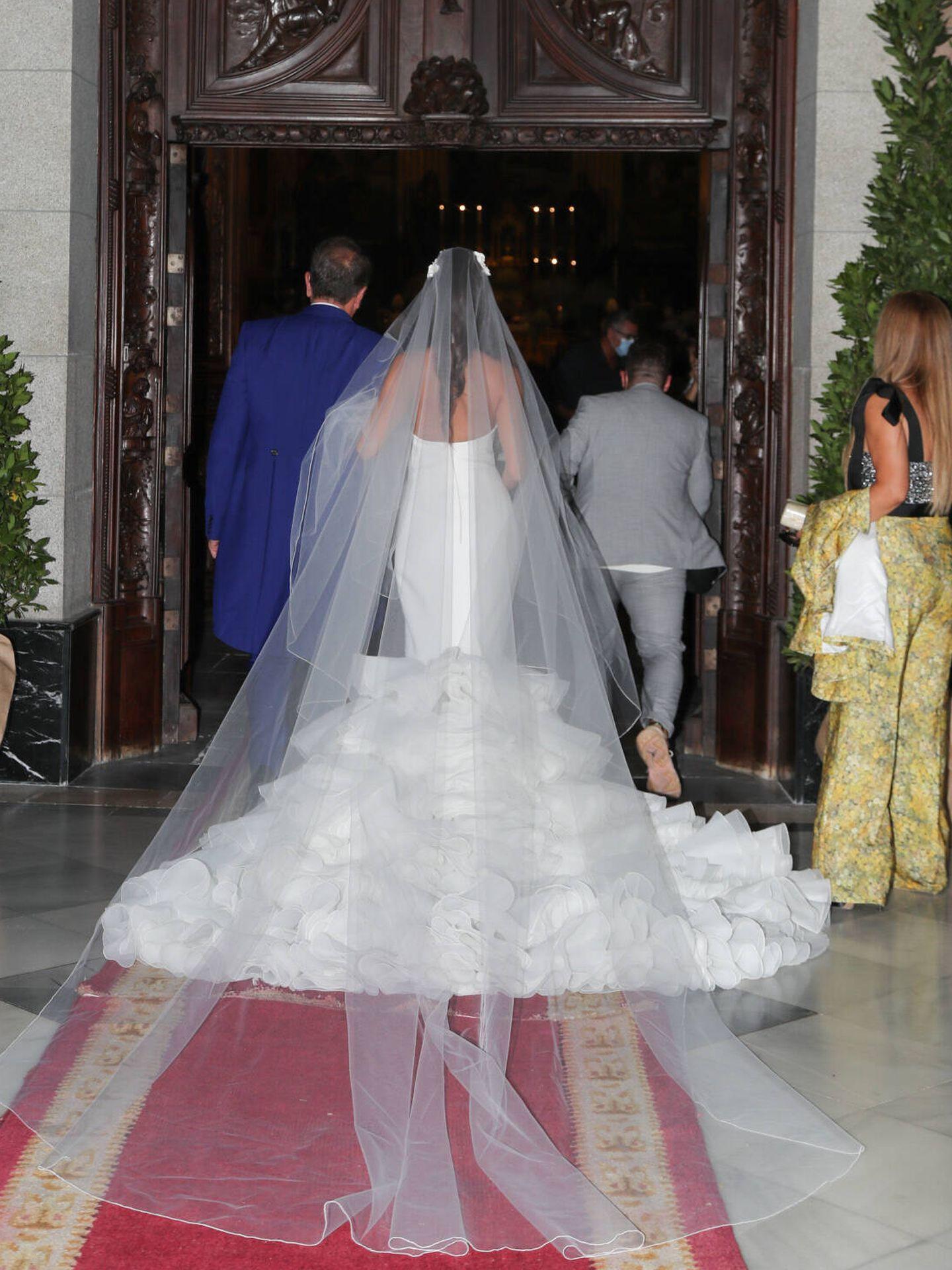 Rocío Gil luciendo una larga cola en su vestido de novia. (Gtres)