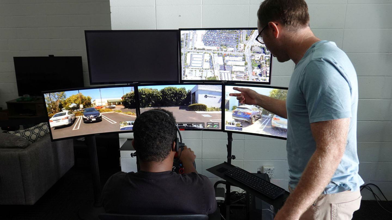 Un ingeniero de coches autónomos hace pruebas de vehículos en remoto en una empresa de Silicon Valley. (Reuters)