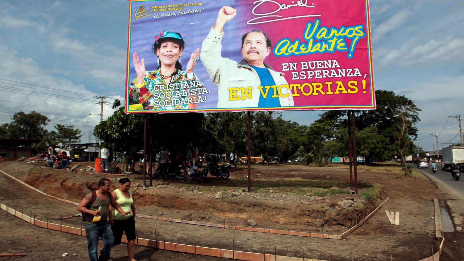 Foto: Una pareja pasa frente a un cartel de apoyo a Daniel Ortega y su esposa Rosario Murillo en Managua, el 3 de agosto de 2016