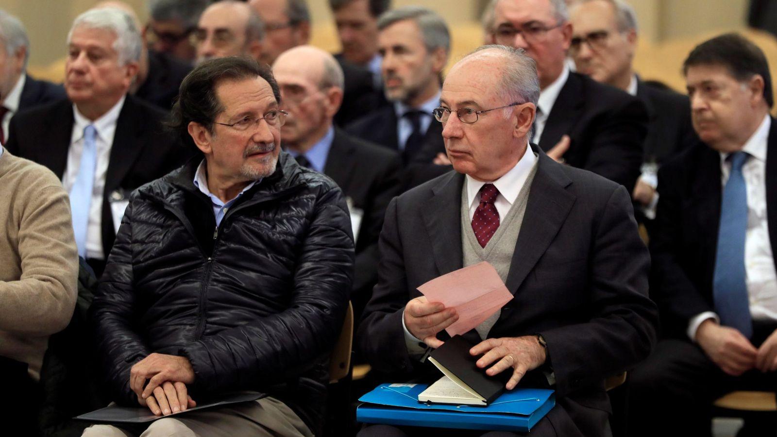 Foto: El expresidente de Bankia Rodrigo Rato (d) junto al exconsejero de Caja Madrid José Antonio Moral Santín (i), durante la primera sesión del juicio por la salida a Bolsa de la entidad en 2011. (EFE)
