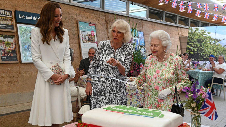 Isabel II cortando una tarta junto a Kate Middleton y Camilla Parker. (Getty)