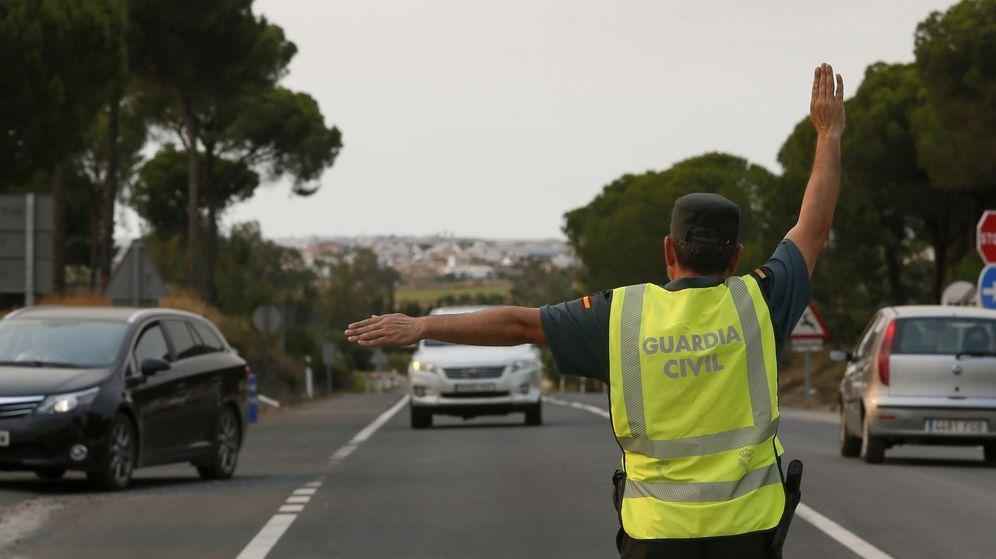 Foto: Un guardia civil desvía el tráfico en Almonte (Huelva). (EFE)