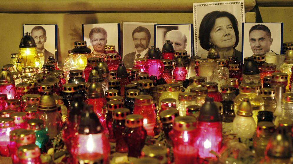 Foto: Homenaje a las víctimas del accidente de avión en el que falleció el presidente de Polonia, Lech Kaczynski. (Reuters)