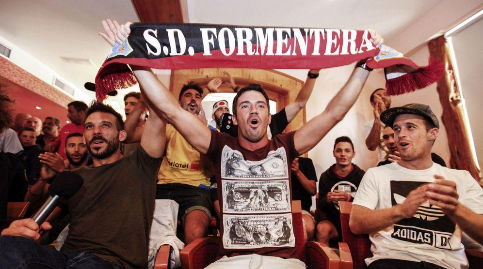 Foto: Jugadores del Formentera celebran el emparejamiento con el Sevilla en la Copa del Rey (EFE)