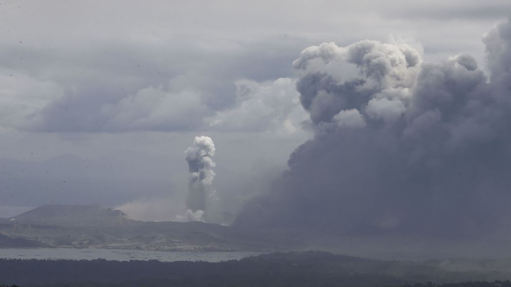Foto: Erupción del volcán Taal, en la ciudad de Agoncillo en Filipinas (EFE)