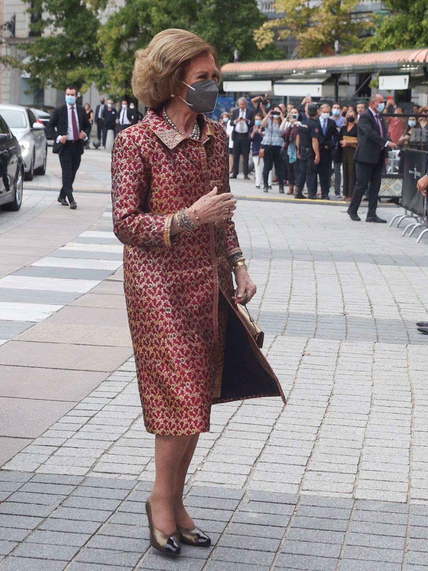 La reina Sofía, a su llegada al Teatro Real. (EFE)