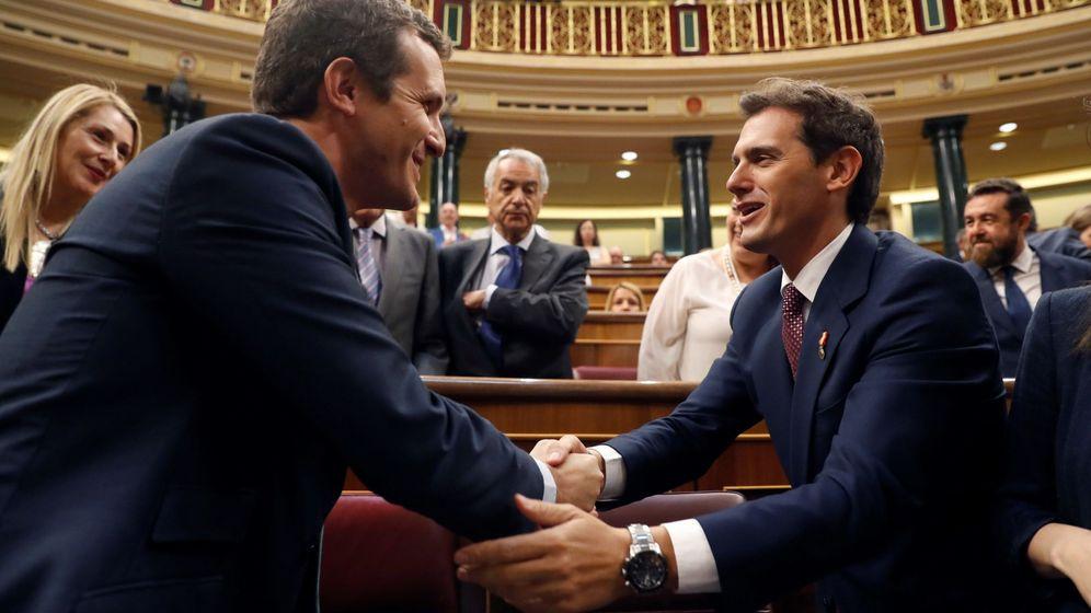 Foto: Pablo Casado y Albert Rivera en el Congreso de los Diputados. (EFE)