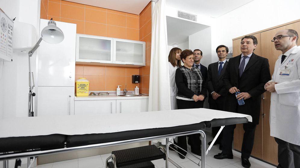 Foto: El ex presidente regional inaugurando el último centro de salud que se construyó en Madrid, el de Alpedrete en enero de 2015