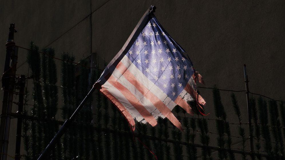 Foto: Una bandera en un centro médico de Nueva York el 1 de abril de 2020 (Reuters)