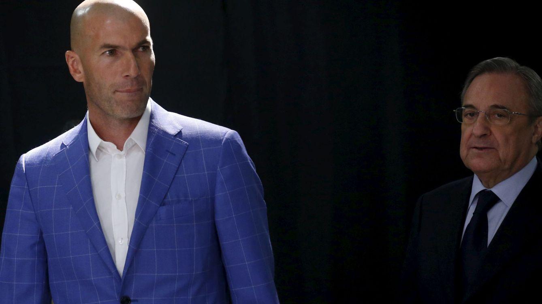 Foto: Zidane junto a Florentino en su presentación (Reuters).