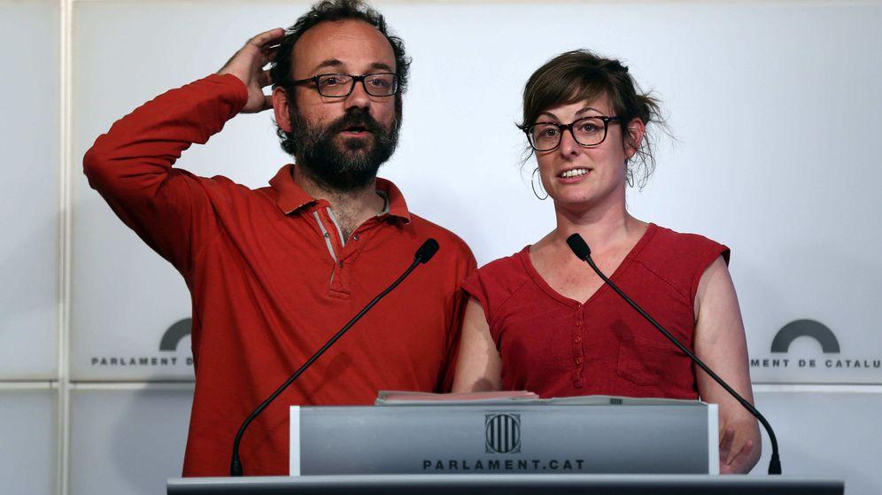 Foto: Rueda de prensa de los diputados de la CUP Benet Salellas y Mireia Vehí. (EFE)