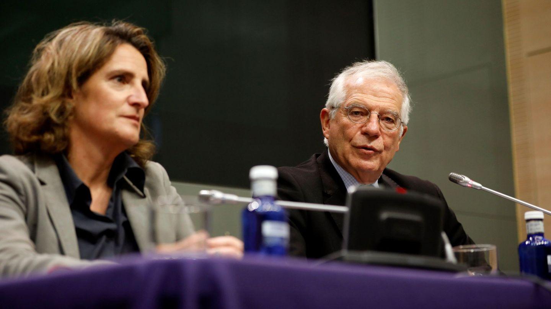 El ministro de Exteriores en funciones, Josep Borrell (d), y la ministra de Transición Ecológica en funciones, Teresa Ribera. (EFE)