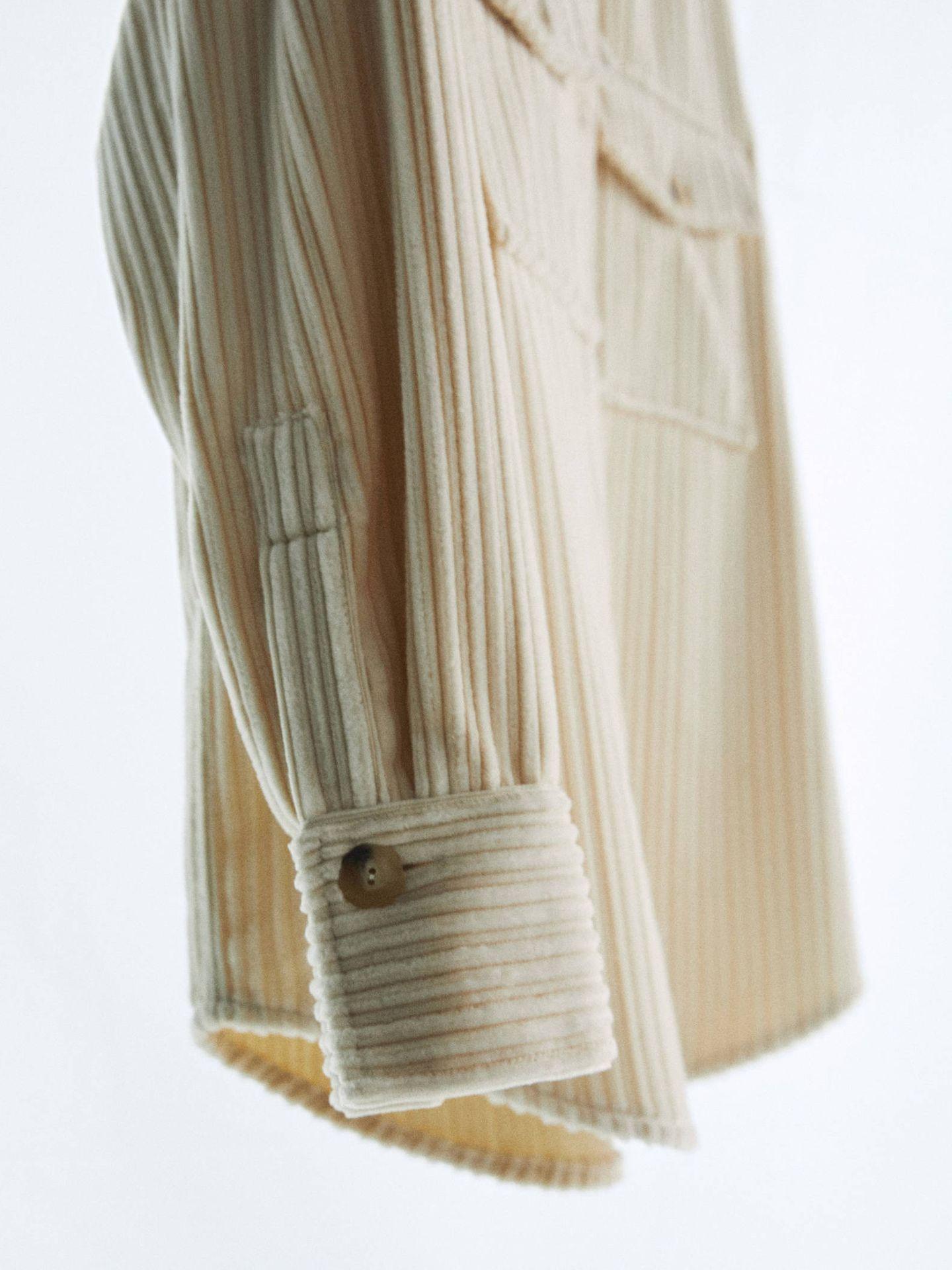 Sobrecamisa de pana de Massimo Dutti. (Cortesía)