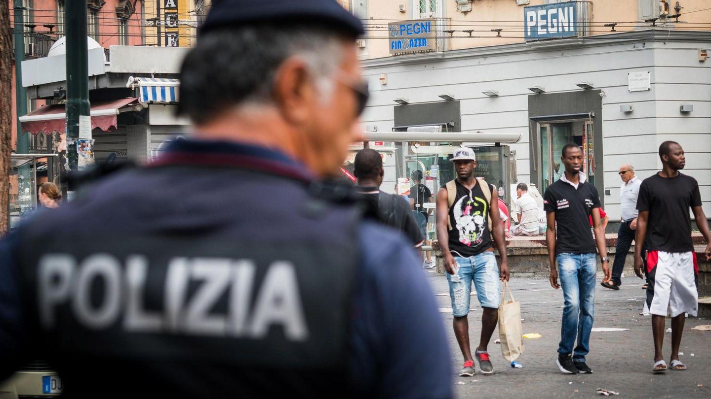 Un policía italiano monta guardia en una calle en Nápoles, el 3 de agosto de 2018. (EFE)