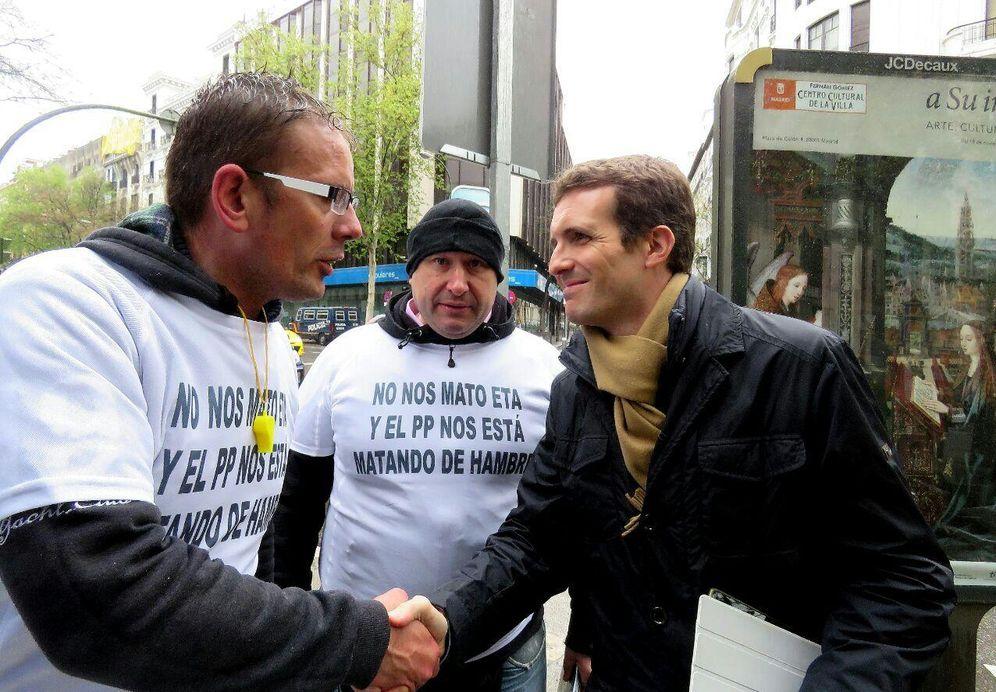 Foto: Pablo Casado saluda a los escoltas que protestan frente a Génova el pasado 9 de marzo. (EC)
