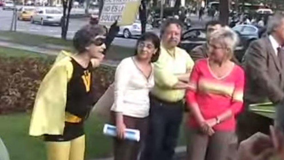 Ada Colau, de superheroína en 2007 en un mitin a alcaldable de Barcelona