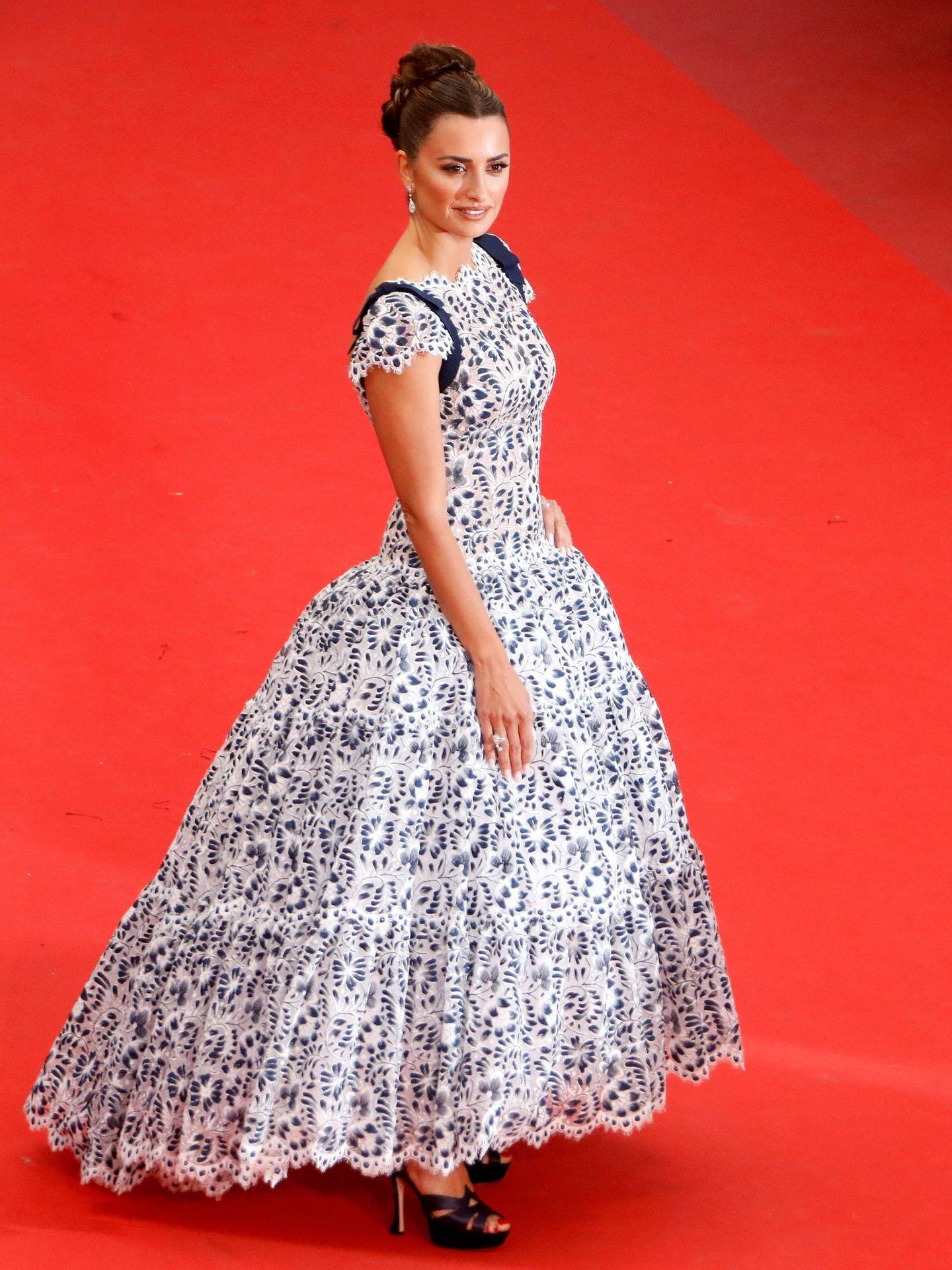 Penélope ha combinado el vestido con unas plataformas. (Reuters)
