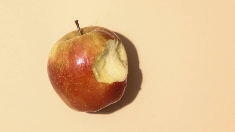 Adelgaza comiendo las manzanas con piel. (Dainis Graveris para Unsplash)