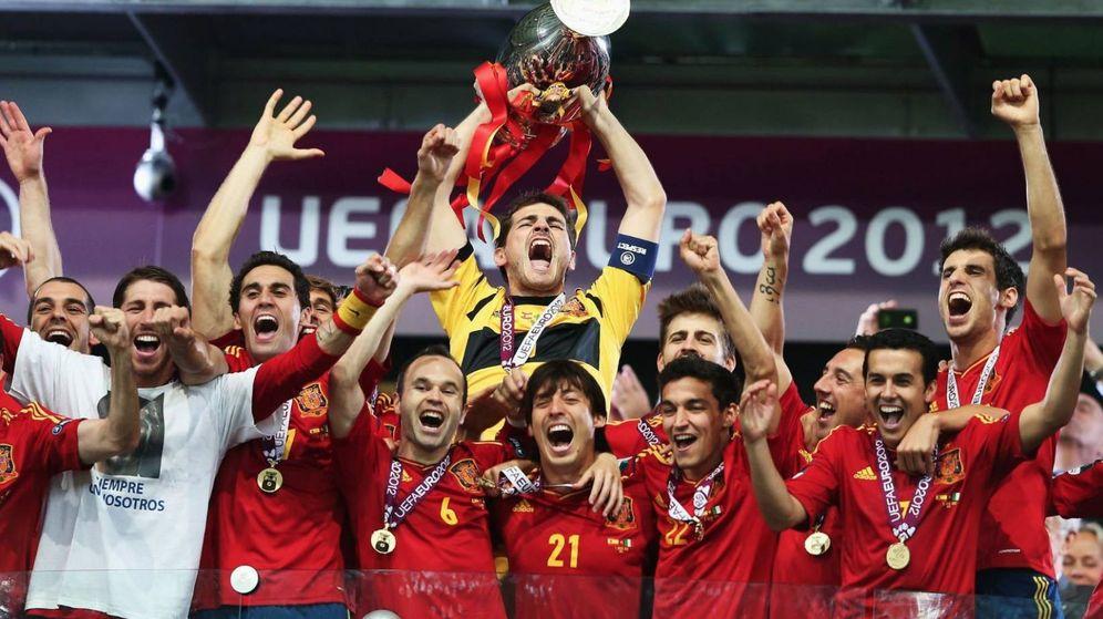 Foto: Iker Casillas levanta el trofeo de campeones en la Eurocopa 2012. (IkerCasillas)