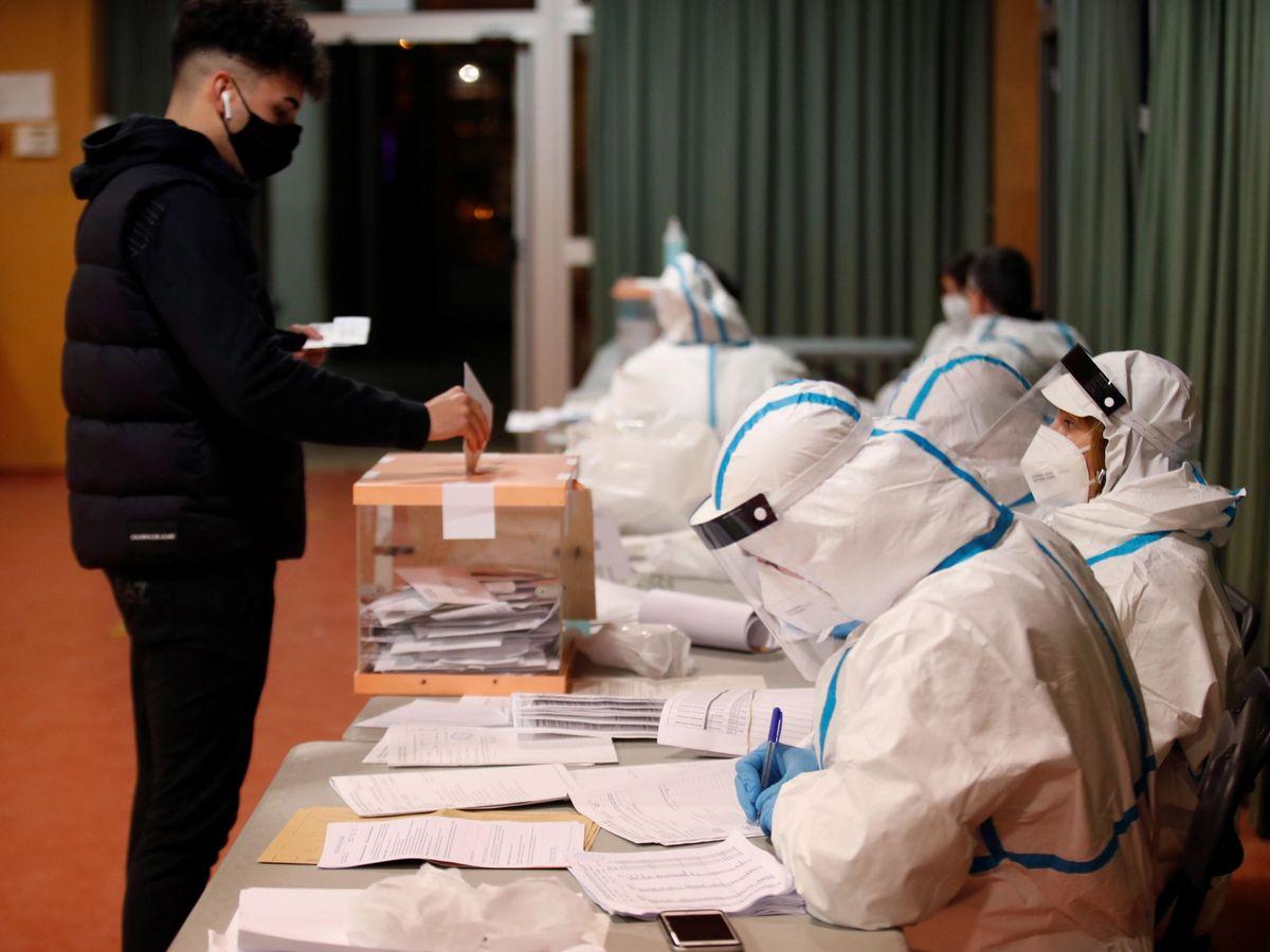 Foto: Miembros de una mesa electoral con equipos de protección sanitaria (EFE)