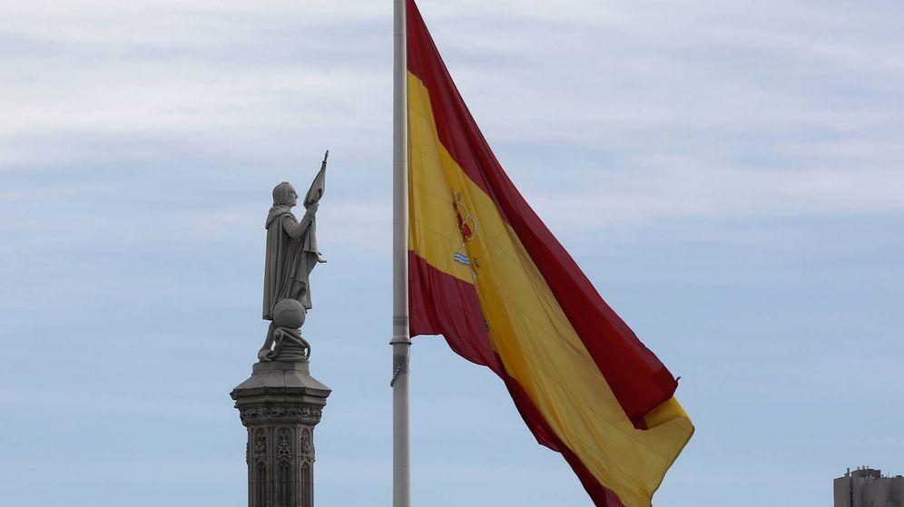 Foto: La bandera de España ondea detrás de la estatua de Colón en Madrid. (Reuters)