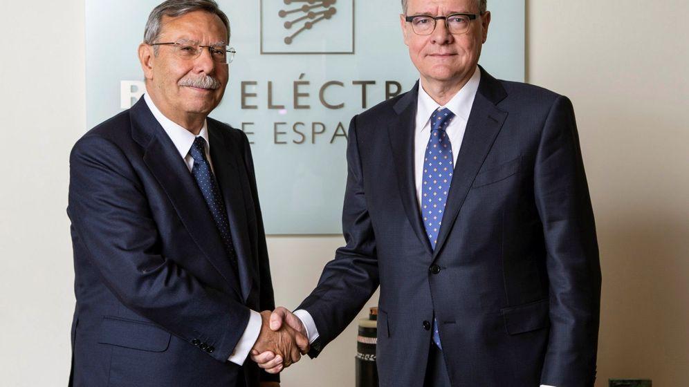 Foto: Fotografía facilitada por Red Eléctrica, del hasta hoy presidente de la compañía, José Folgado (i), junto a su sucesor en el cargo, Jordi Sevilla. (EFE)