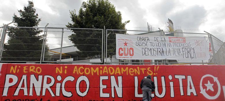 Foto: Un trabajador pinta un mural de apoyo a la plantilla en la fábrica de Panrico en Santa Perpètua. (EFE)
