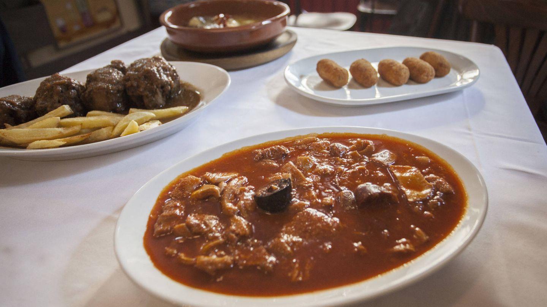 Platos tradicionales (callos incluidos) de Casa Mariano. (Enrique Villarino)