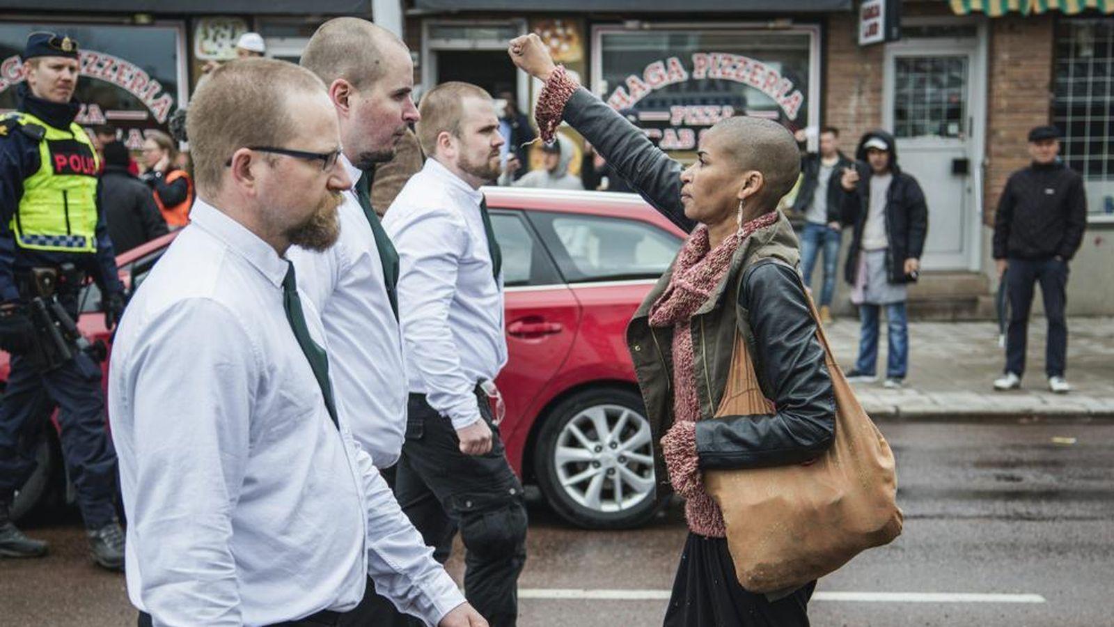 Foto: Tess Asplund, con el puño en alto contra la extrema derecha en Suecia. (David Lagerlöf/Twitter)