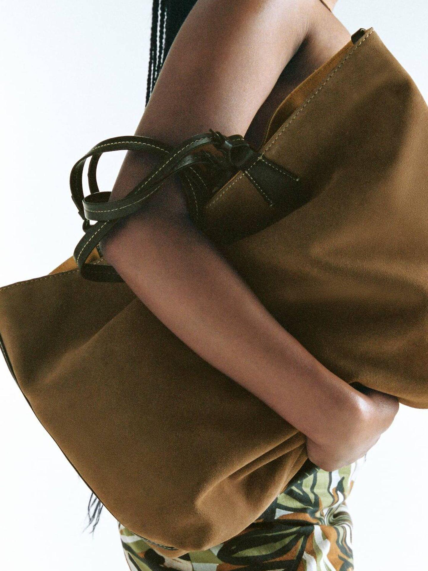 Bolso de piel reversible de Zara. (Cortesía)