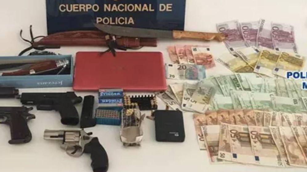 Foto: Armas y dinero en efectivo incautados por la Policía Nacional. (Policía Nacional)