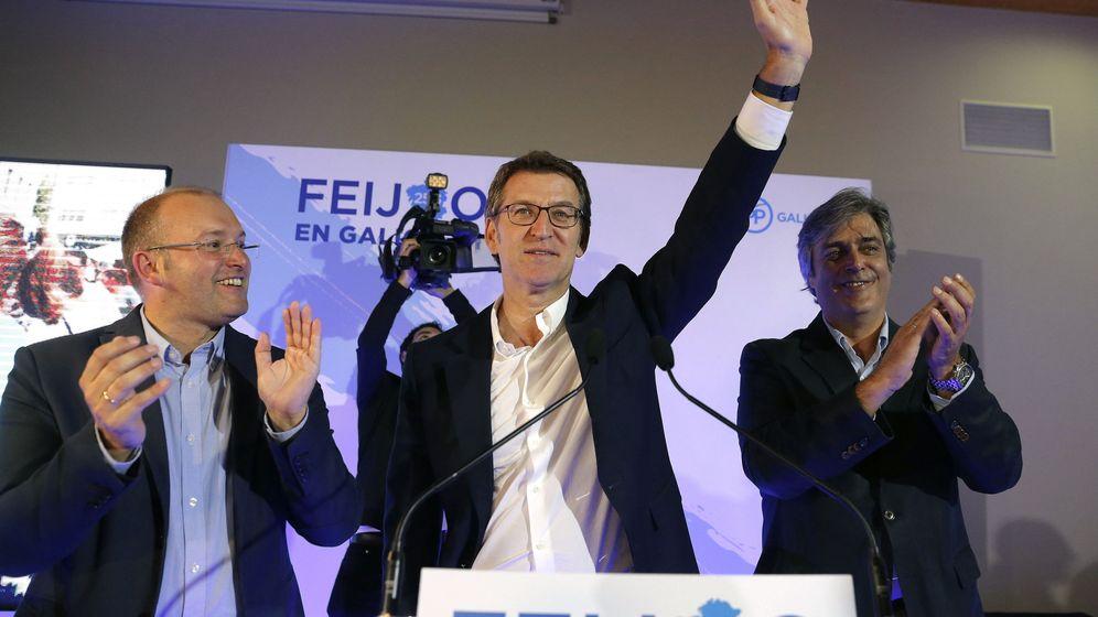 Foto: Alberto Nuñez Feijóo, junto al secretario general del PPdG, Miguel Tellado (i), y el portavoz parlamentario, Pedro Puy (d) celebran el resultado electoral. (EFE)