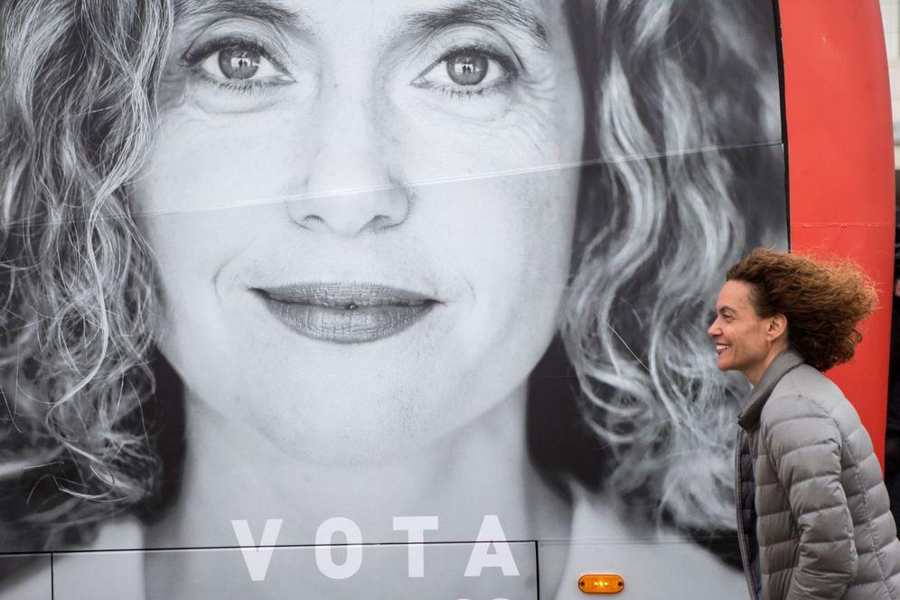 Foto: Meritxell Batet, próxima presidenta del Congreso, se dirige al bus de campaña de las generales, el pasado 20 de abril en Mataró, Barcelona. (EFE)