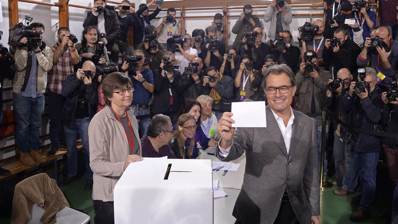 Foto: Artur Mas votando en la consulta soberanista (EFE)