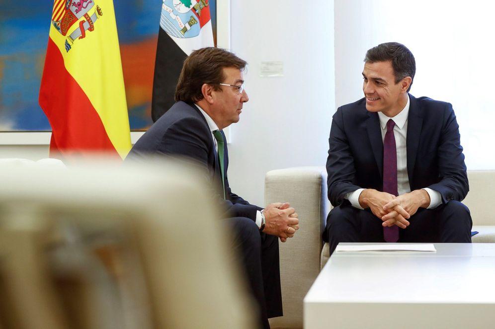 Foto: Pedro Sánchez y el presidente de la Junta de Extremadura, Guillermo Fernández Vara, el pasado 6 de noviembre en La Moncloa. (EFE)