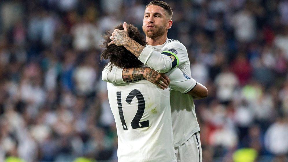 Foto: Sergio Ramos y Marcelo se abrazan durante el choque ante el Viktoria Plzen. (EFE)