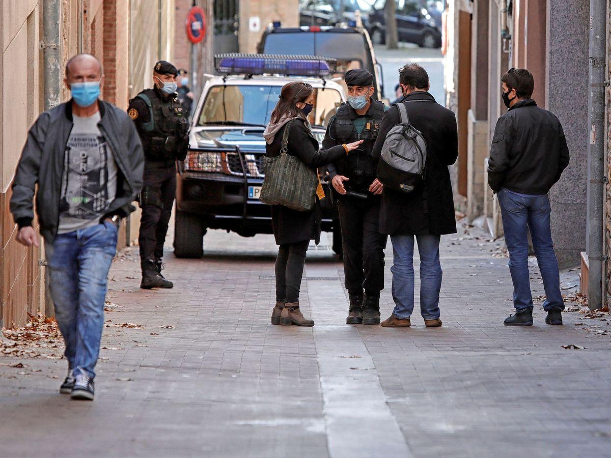 Foto: La exdiputada de ERC Marina Llansana (i), habla con agentes de la Guardia Civil ante su domicilio tras la detención de su pareja, el empresario Oriol Soler. (EFE)