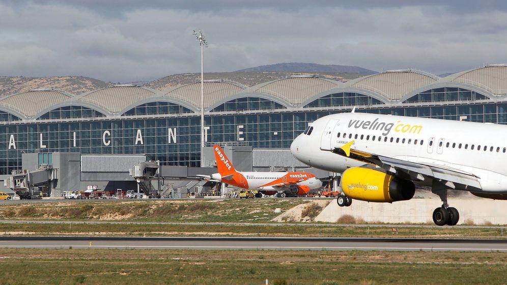 Foto: Un avión de Vueling despega en el aeropuerto de Alicante-Elche. (EFE)