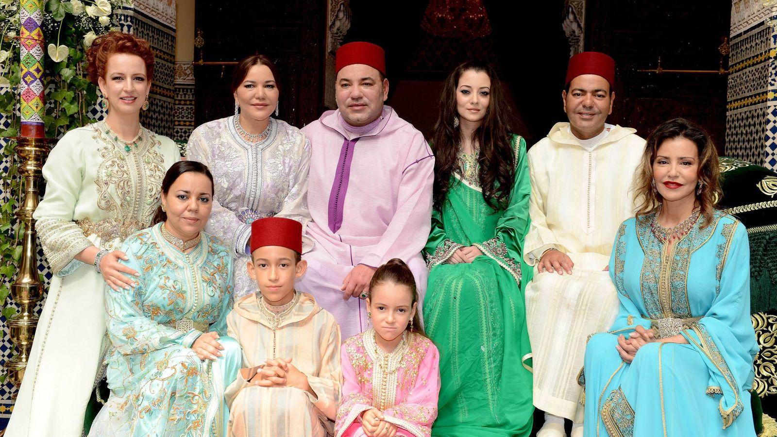 Foto:  La boda de Mulay Rachid y Lalla Oum. De izquierda a derecha, Lalla Salma, Lalla Hassan, Mohammed VI, Lalla Oum, Mulay Rachid y Lalla Meryem. Abajo, Lalla Asma, Mulay Hassan y Lalla Kadhija. (CP)