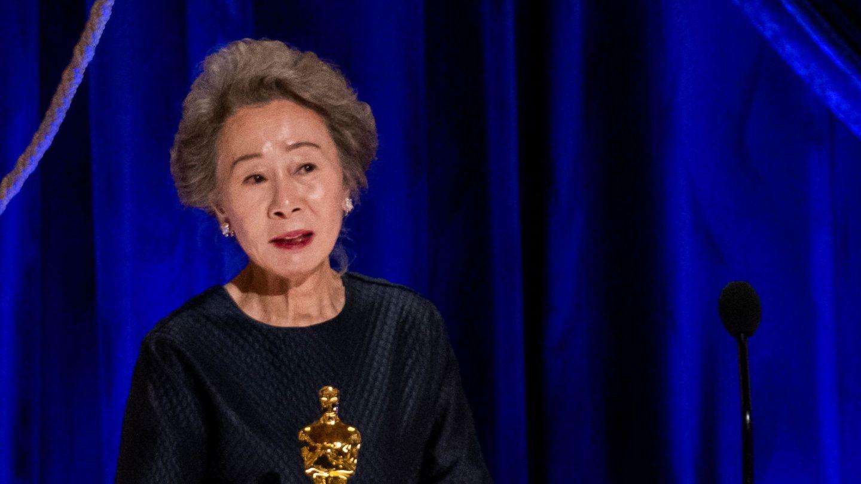 Yuh-Jung Youn, recogiendo su Oscar. (Reuters)