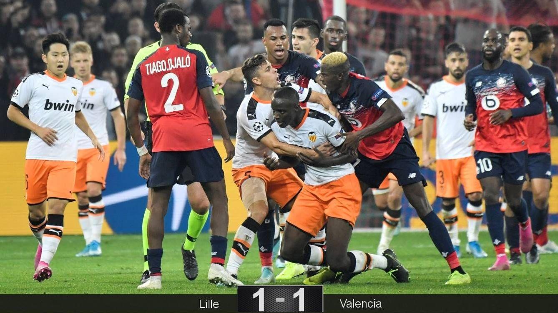 Foto: Diakhaby, tras ser expulsado del encuentro contra el Lille. (EFE)