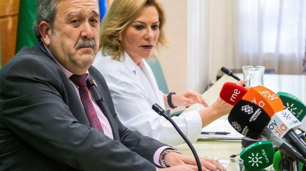 Foto: El director general de Salud Pública y Ordenación Farmacéutica, José María de Torres, y la portavoz del Grupo Asesor de Seguimiento Alerta por el nuevo Coronavirus, Inmaculada Salcedo. (EFE)