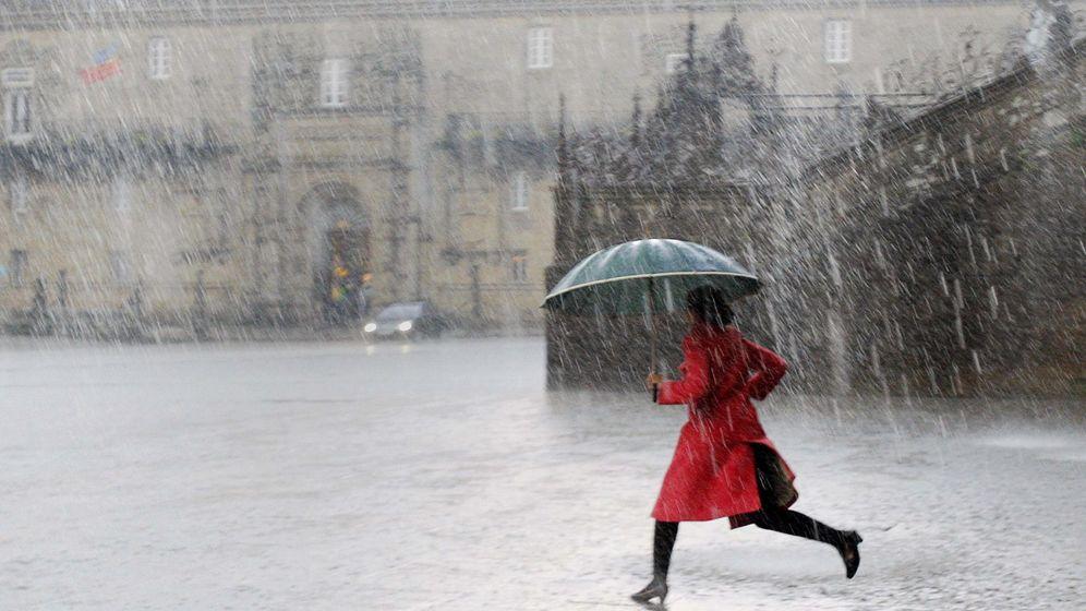 Foto: Una mujer cruza la plaza del Obradoiro, en Santiago de Compostela. (EFE)