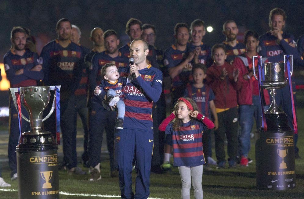Foto: Iniesta se dirigió a la afición como capitán en la celebración del doblete. EFE Quique García