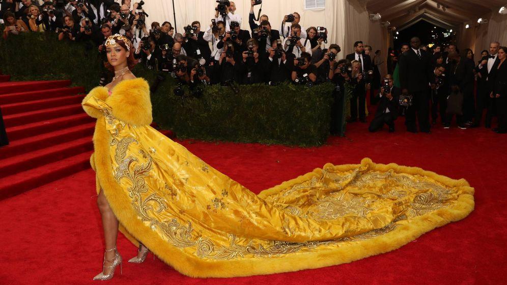 Foto: Rihanna con su impresionante diseño amarillo. (Cordon Press)