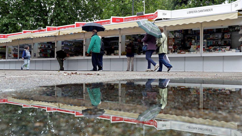 Foto: La lluvia ha recibido este viernes a la 77 edición de la Feria del Libro de Madrid. (Efe)