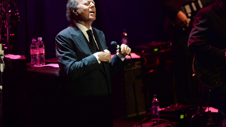Foto: Julio Iglesias durante un concierto (Gtres)