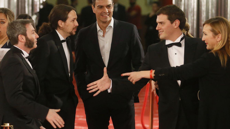 Foto: Pablo Iglesias (i), Pedro Sánchez (c) y Albert Rivera (d), en la 30 edición de los Premios Goya. (EFE)