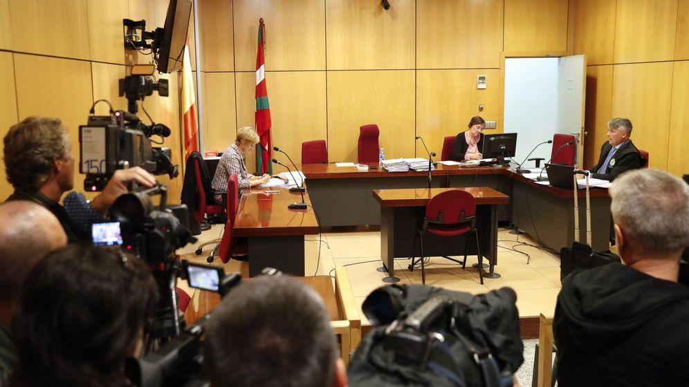 Foto: El abogado de los tres miembros de La Manada acusados de un delito de hurto por la sustracción de unas gafas en una óptica de San Sebastián. (Efe)
