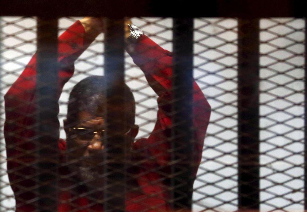 Foto: El expresidente egipcio, Mohamed Mursi, en prisión (Reuters).